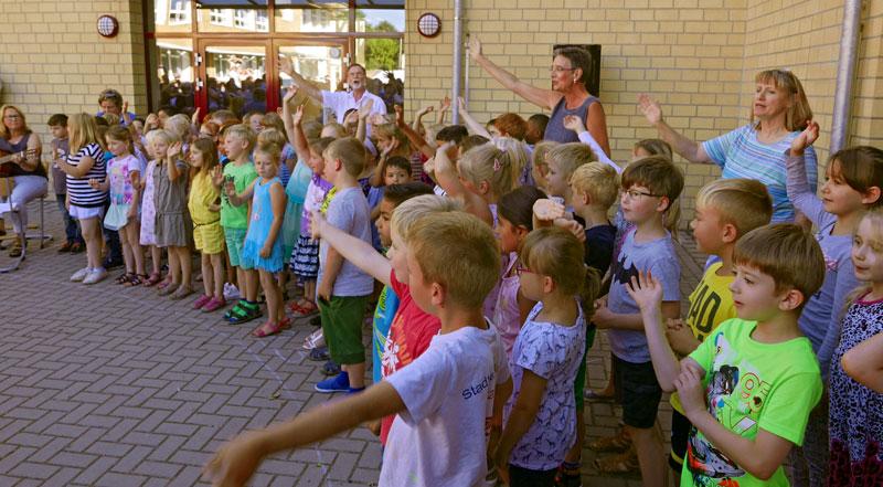 Die Schüler des 2. Schuljahres begrüßen die neuen Erstklässler.