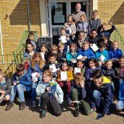 Die Teilnehmerinnen und Teilnehmer des Mathematik-Wettbewerbs freuen sich über ihre Urkunden.
